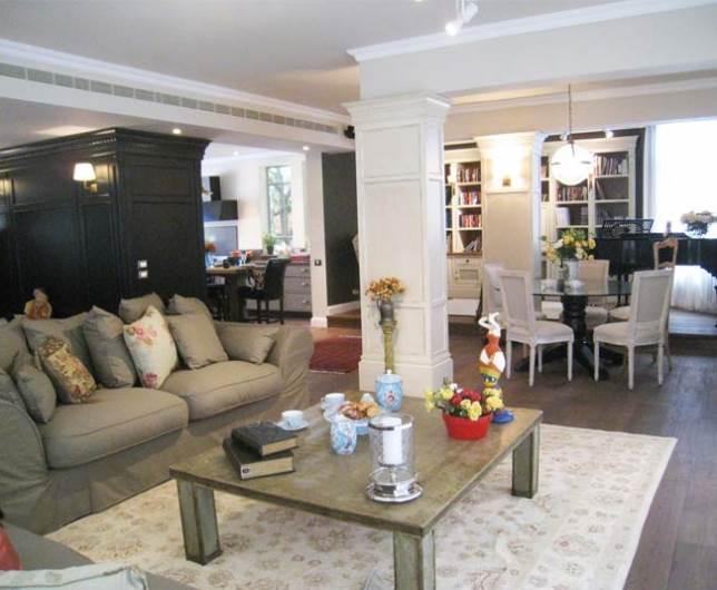 סגנון כפרי ואלגנטי וגוונים של שחור, אפור ומוקה. מבט לעבר הסלון, פינת האוכל ופינת העבודה. (צילום: אוה קהן, תיבת נוח)