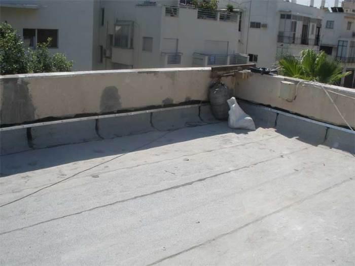 איטום נכון של הגג גם מבודד את הבית ובכך מצמצם את ההוצאות על חימום והסקה שלו. איטום באמצעות יריעות ביטונומיות (צילום: ה.ה. טכנולוגיות)