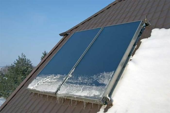 מומלץ לקבע ולחזק מערכות סולאריות הנמצאות דרך קבע על גגות הבתים כדי למנוע תזוזות או לחילופין התנתקות שלהן מן הגג (צילום: שאטרסטוק)