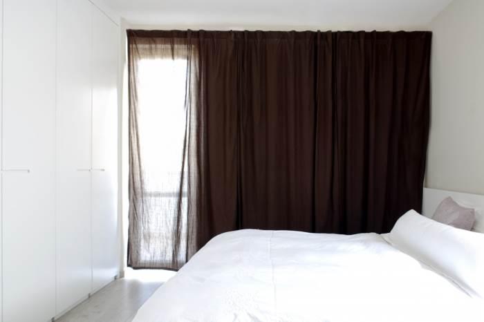 צימר מפנק או חדר שינה? קל להתבלבל. חדר שינה זוגי בעיצוב נקי עם הרבה מקום אחסון (צילום: טל ניסים)