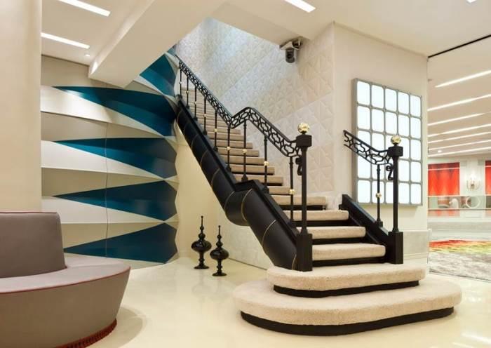 במקום שטיח אדום, מדרגות מחופות שטיח ואריחי קפיטונאג