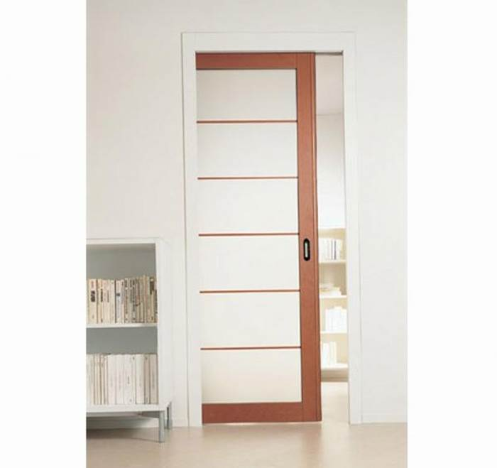 דלת הזזה base של סקריניו: מנגנון קלאסי ופשוט. דלת בודדת שנכנסת לתוך כיס מתכת מגלוון, וכוללת הלבשות עץ חיצוניות. מתאימה במיוחד לאמבטיה, מטבח וחללי אחסון (צילום באדיבות סטאטו)<br/><br/>