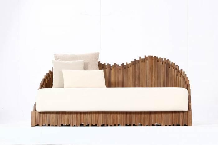 בסיס העץ המסורתי זכה לטוויסט מעוצב ומעניין וקיבל לעצמו את הבמה. ספת ישיבה של