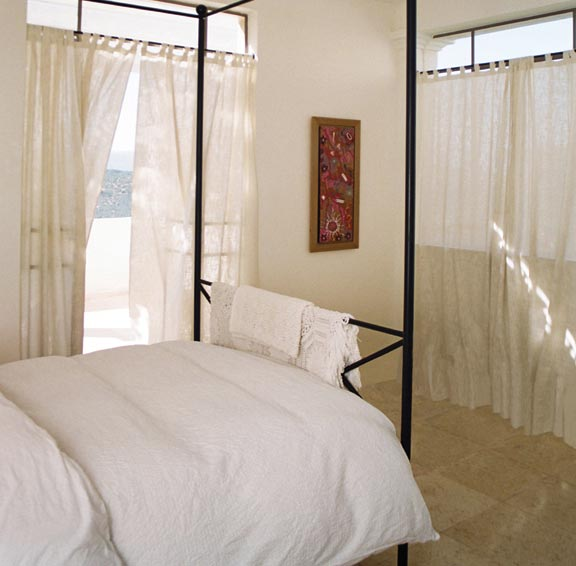 החדר צנוע במידותיו, אך האור, הגוונים הבהירים והאוויר מעניקים לו תחושת שלווה ומרחב. חדר שינה בעיצובם של גולני אדריכלים (צילום: ירון גולני)