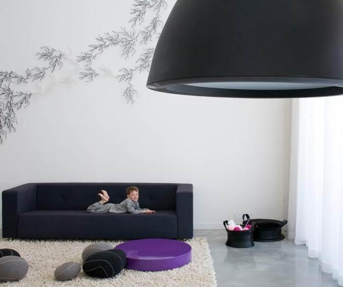 שולחן סלון נמוך בצבע סגול המדגיש את הקצוות בין הלבן והשחור ויוצר ניגודיות מול האמורפיות של חלוקי הנחל. פרוייקט של עדי אדליס (צילום: עמית גרון)