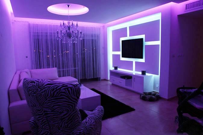 תאורה סגולה בסלון של