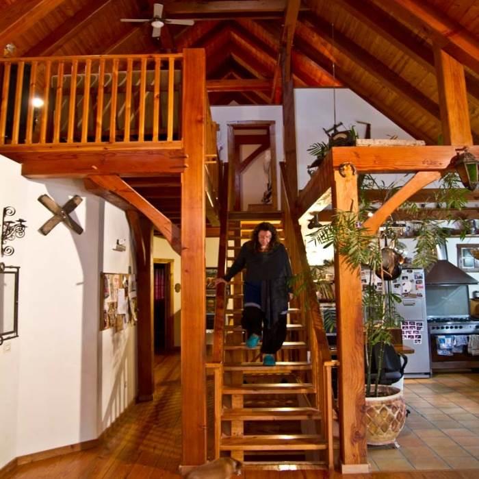 המדרגות שבין קומות הבית. כמו לגור בצימר (צילום: יניב ברמן, xnet)