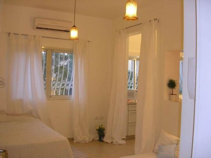 חדר סטודיו קטן שמיועד להשכרה. חשוב לייצר רווחה לדיירים ולא רק רווח לבעלים (עיצוב וצילום: איזבל אדריכלות פנים)