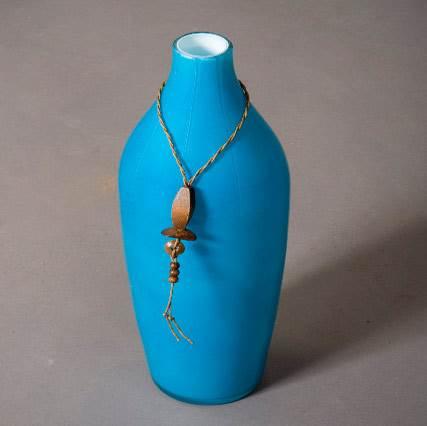 אגרטל קרמיקה כחול של גלריית VASTU. מושלם על רקע לבן (צילום: אלעד גונן)