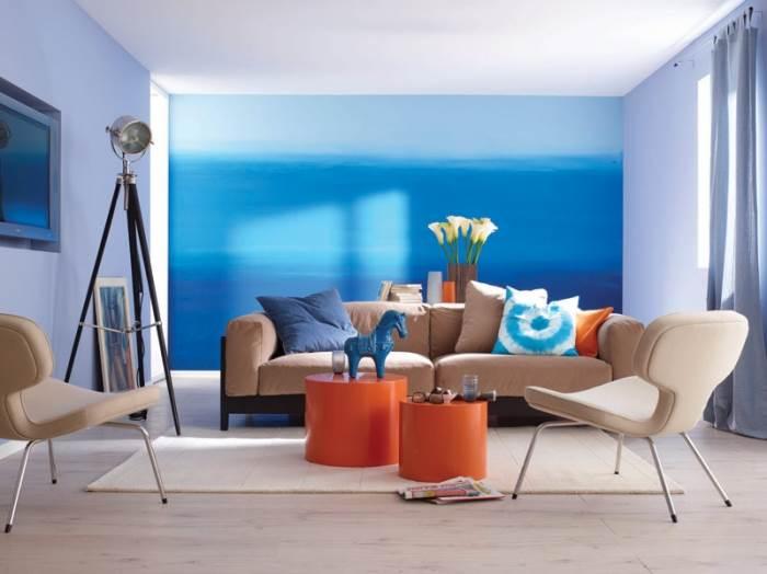 יישום של גווני כחול ולבן שונים על אותו קיר של
