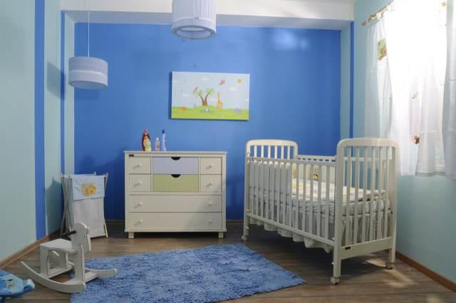 חדר בנים קלאסי בצבעי כחול ולבן של חברת