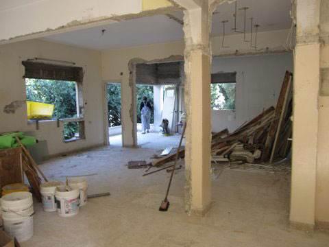 מלבד קורות הבית, כל הקירות הוסרו והבית נהרס ונבנה מחדש