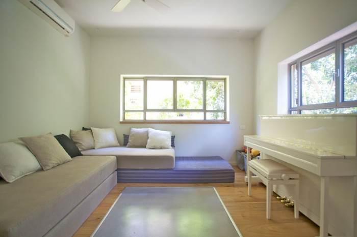 פריסה של המזרנים על הרצפה יוצרת מיטה אחת גדולה ומקום רביצה אידיאלי לנכדים בסופי השבוע (צילום: דרור כץ)