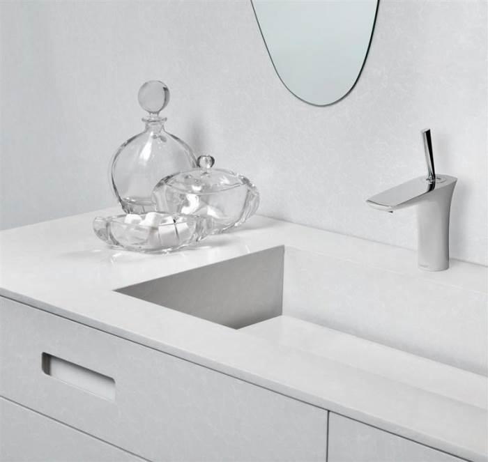 ארון וכיור אמבטיה העשויים מלוחות אבן קיסר (צילום:יח