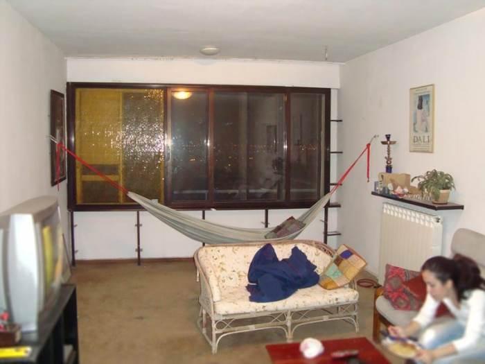 בשנים האחרונות, הייתה הדירה מושכרת לסטודנטים וכיאה לדיירים עם תקציבים מוגבלים, גם עיצוב הבית נראה בהתאם. הסלון לפני השיפוץ