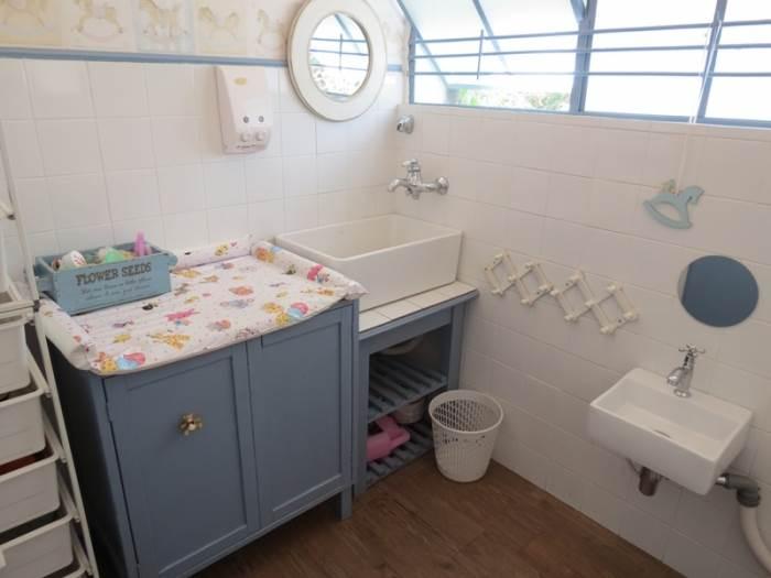 אזור ההחתלה והשירותים המעוצב כולו בצבעי כחול ולבן
