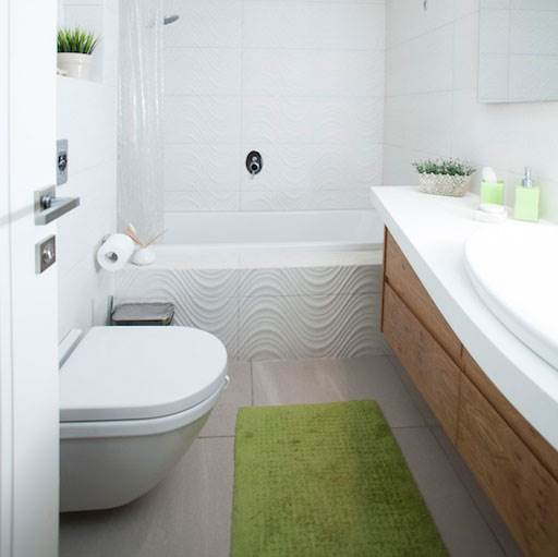 בסיס לבן ונייטרלי ונגיעות של ירוק ועץ אלון אשר מכניסים חיים וחמימות לחדר. חדר הרחצה
