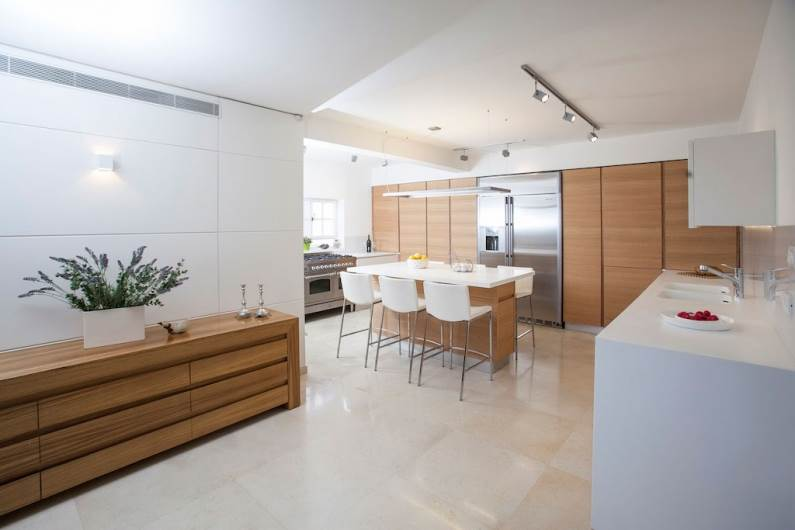 שילוב של צבע עם פורניר. מטבח הדירה אשר תוכנן ועוצב על ידי נגר פרטי