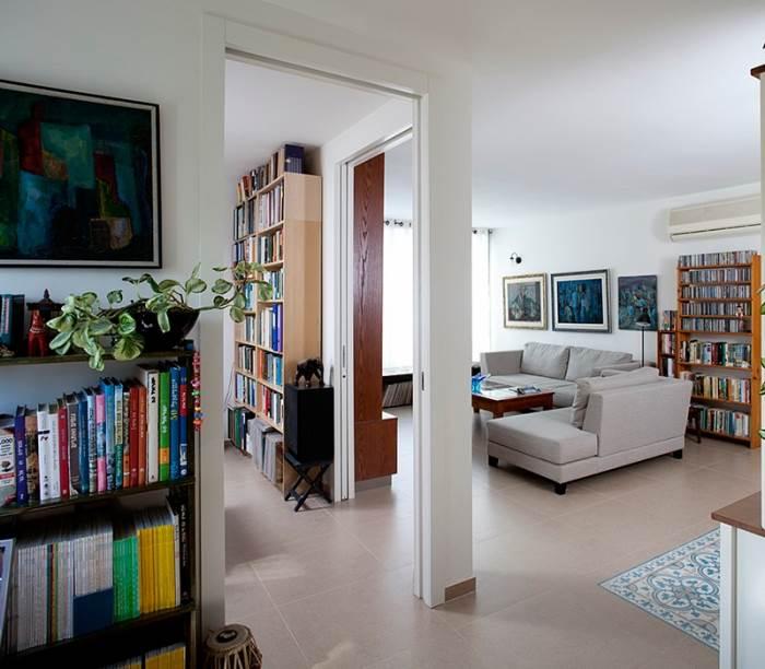 הסגנון שנבחר: צבעוני, אישי ועל זמני. מבט לסלון (צילום: בנימין אדם)
