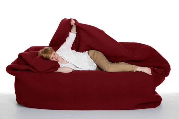 הלילה אתה ישן על הספה! MOODY COUCH של האנה אמלי ארנסטינג (צילום: יח