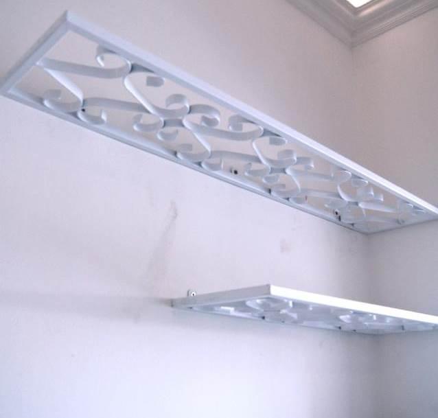 מדפי הספרייה עשויים כולם מסורגי המתכת הלבנים (צילום: שירה גזית)