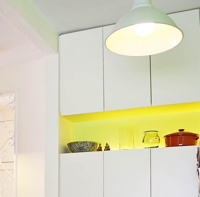בתוך הארון: תאורת פלורוסנט בולטת מעניקה מקום של כבוד לעבודות הקרמיקה של אמה של בעלת הבית (צילום: שירה גזית)
