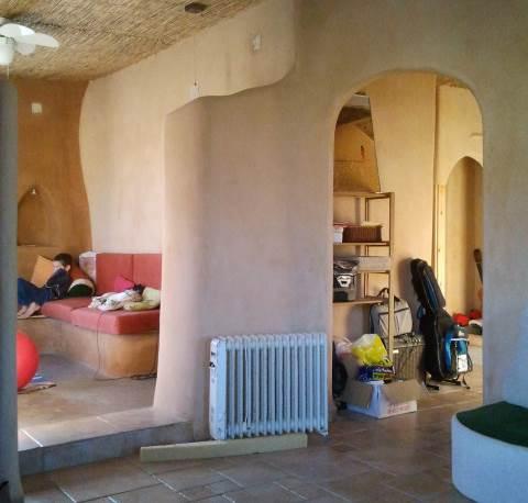 קירות המבנה צוברים חום, לכן אל תשכחו להתקין בבית בידוד נוסף (צילום ותכנון: מיכל ויטל)