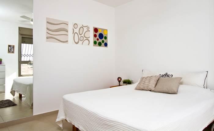 אריחים המשמשים לחיפוי בדרך כלל הפכו לסדרת תמונות על הקיר. חדר ההורים