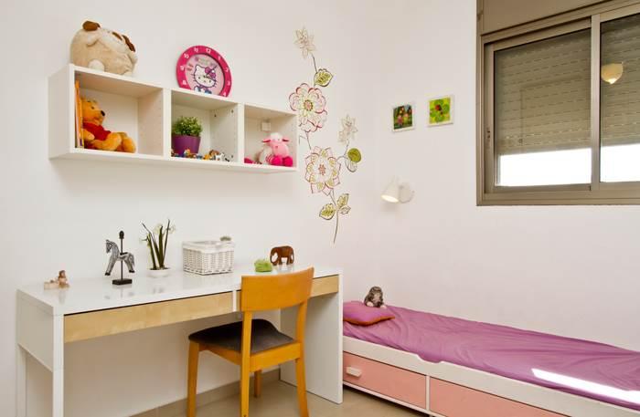 במקום סיוד משטחי צבע נרחבים ובלתי מתפשרים, הוכנס הוורוד באקסוסריז ובפריטים המשלימים. חדר הבנות