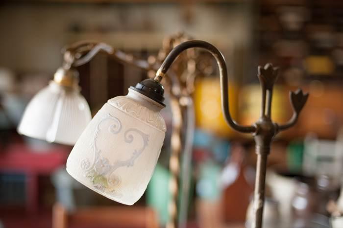 בית מנורה שאליו מחוברת חתיכת פלסטיק - הפטנט לתפיסת הזכוכית לפני שמונים שנה (צילום: נירית גור קרבי)
