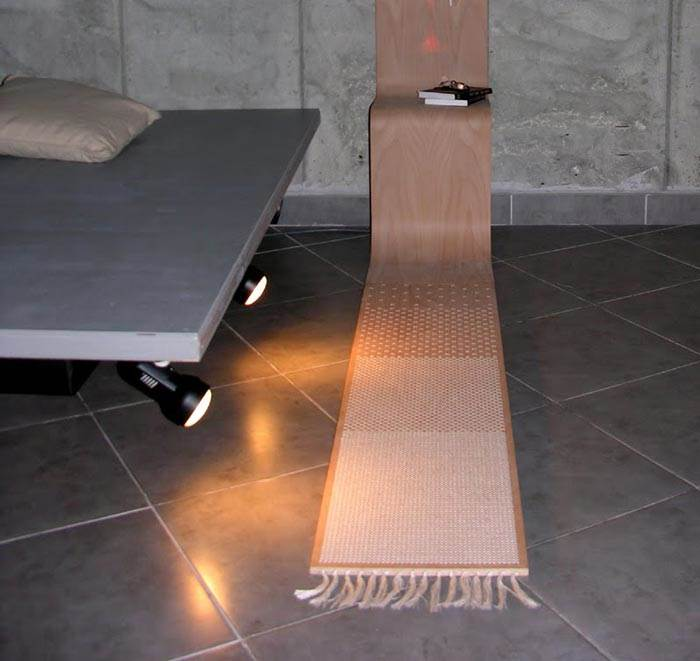 ילדם החורג של שטיח מסורתי וספסל מודרני. רהיט שטיח של רעות יצחק (צילום: יח