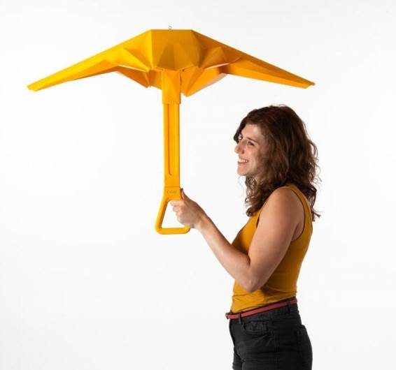 המטריה שמתיימרת לנצח בקרב אל מול מזג האוויר  (צילום: עודד אנטמן)