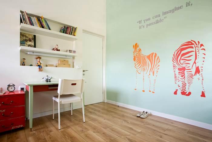 אחד הקירות נצבע בגוון תכלת עדין, עליו מוצבות זברות עליזות. חדר הילדים שומר על אופטימיות