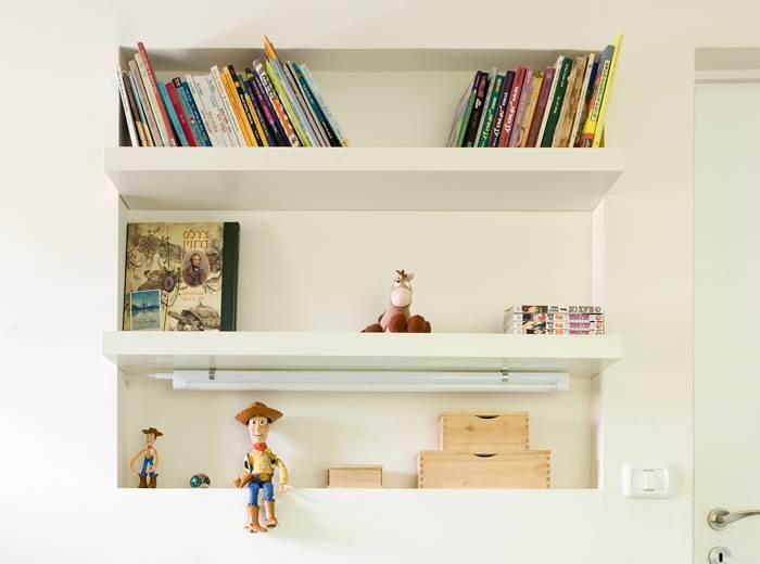 גומחה פנימית משמשת כמקום אחסון. נישת הספרים בחדר הילדים