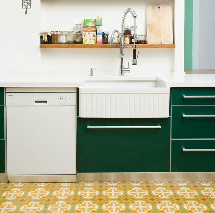 מרצפות א-לה ביאליק, ארונות בצבע ירוק בקבוק וברז עם טוויסט תעשייתי. חדר המטבח