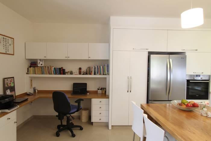 הדרך מהמחשב למקרר קצרה מתמיד. חדר העבודה הממוקם בצמוד למטבח