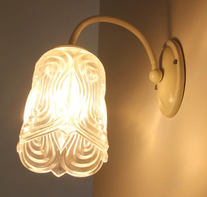 תחושת רטרו. מנורות הקיר מזכוכית עתיקה ממוקמת בחלל הסלון