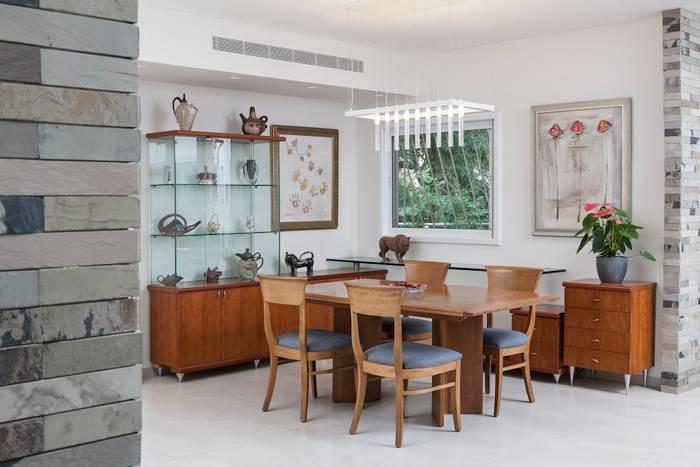 מנורת גדילים מקנה לריהוט הקיים מראה חגיגי וחדש. שולחן האוכל בדירה