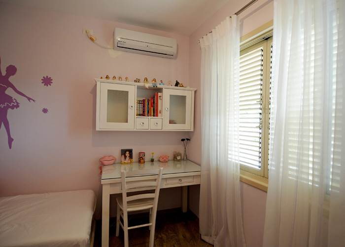 חדרי הילדים. נצבעו בגוונים ססגוניים על ידי שטיח, מדבקת קיר ואלמנטים נוספים