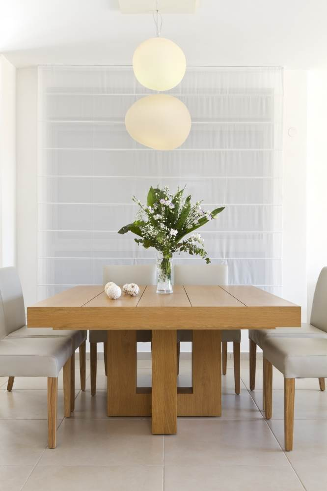 הפתרון: מעל שולחן האוכל התקינו גוף תאורה נופל. פינת אוכל בגני תקווה בעיצובה של אוסנת רוזן (צילום: נדב פקט)