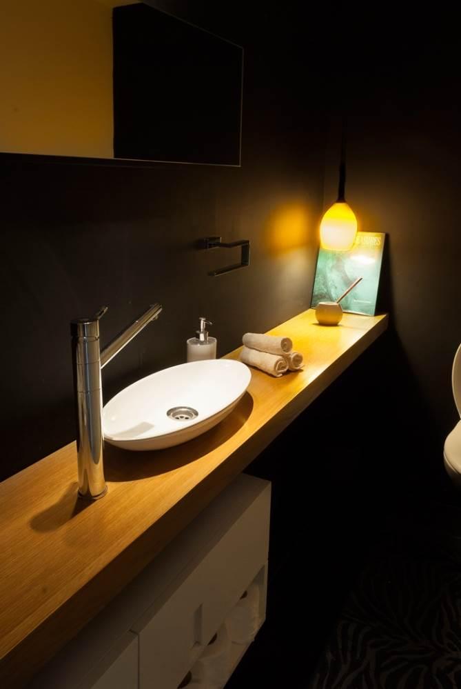 מעוצבים בסגנון של שירותים במועדון אפלולי. שירותי האורחים
