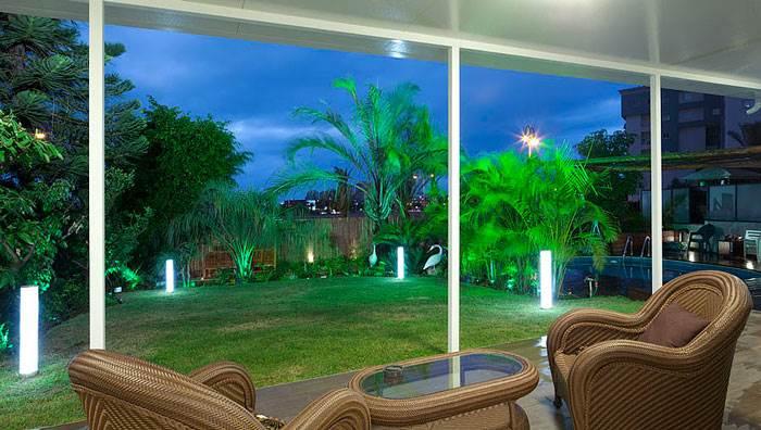 לנוח בגינה בתאורת התמצאות לילית עדינה