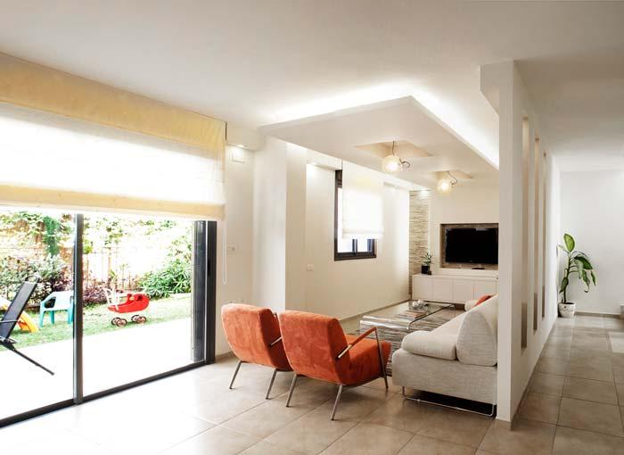 מבט לסלון שטוף האור - בית בעיצוב מודרני במודיעין. צילום: אביעד בר-נס