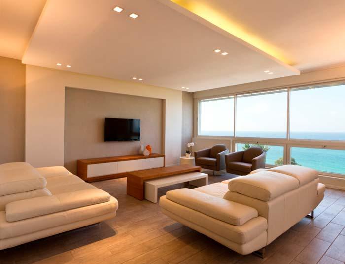 סלון עם נוף מרהיב לים ותאורה שקועה של חברת