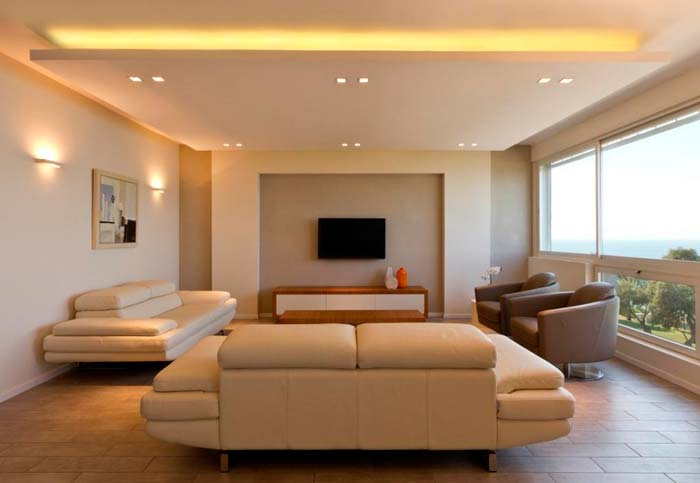 עוד מבט לסלון, מימין: כורסאות מסתובבות שכולם יוכלו לצפות בים