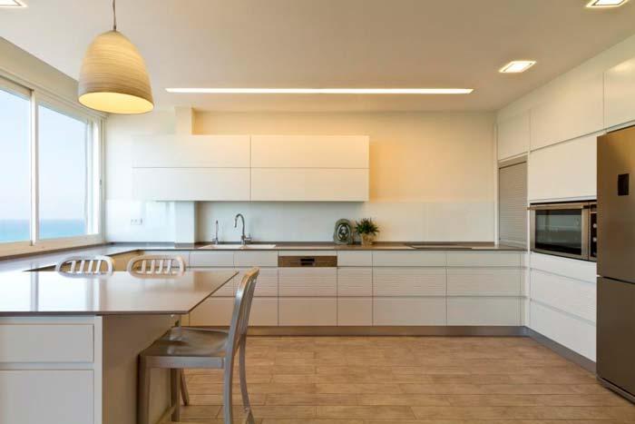 דלפק המטבח עם גוף תאורה תלוי חמים ועדין של חברת