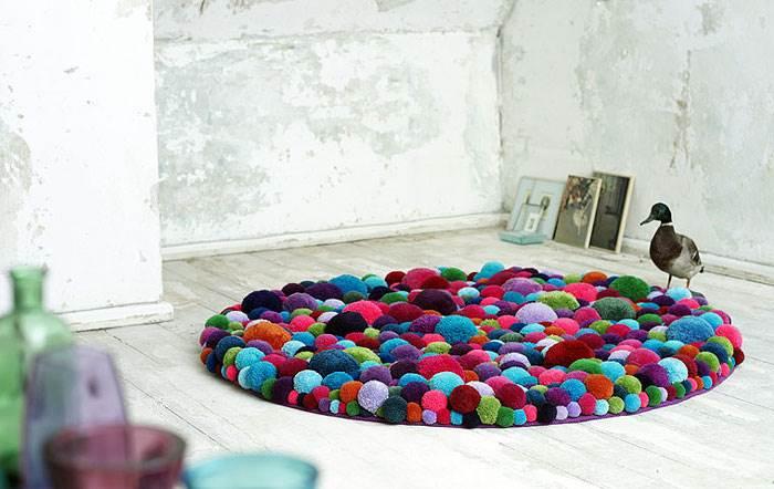 שטיח שכולו פונפונים משמחים בעיצוב חברת היי, אידיאלי לעיצוב חדר תינוקות. צילום: חברת HAY