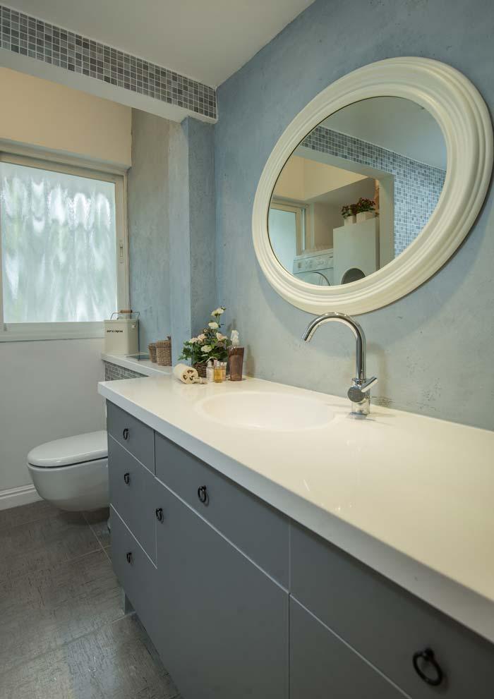 גוונים של אפור שולטים בחדר האמבטיה