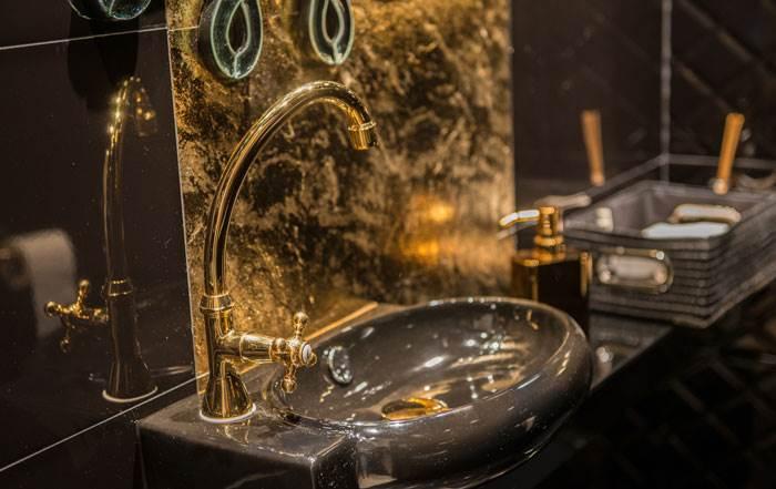 כיור מוזהב כחלק מהסגנון הבארוקי בשירותי האורחים