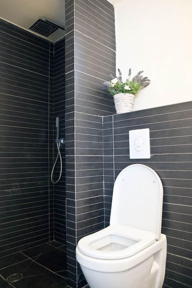 גם בשירותים ממשיך הקו העיצובי בגוונים של שחור ולבן